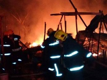 Bombeiros controlam chamas em incêndio no DF (Foto: Corpo de Bombeiros DF/Divulgação)