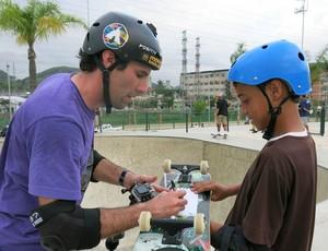 Andy Macdonald dá autógrafo para Patrício Nogueira no Parque de Madureira skate (Foto: Ana Carolina Fontes)