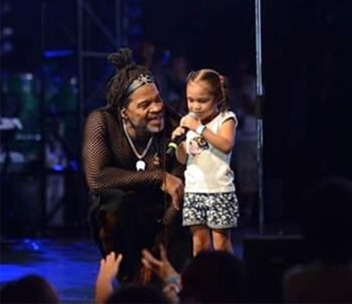 Carlinhos Brown recebe criança no palco do Sarau Kids (Foto: Isabella Pinheiro/Gshow)