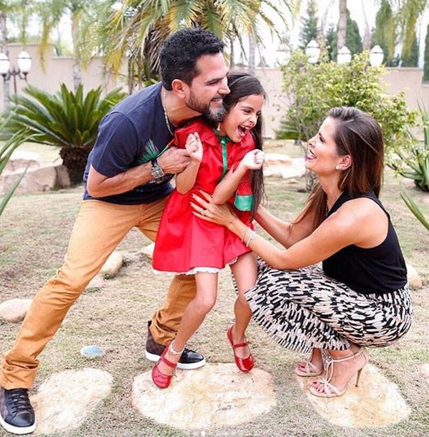 Luciano com a filha e a mulher (Foto: Reprodução)