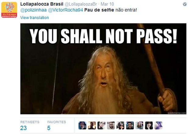 Perfil oficial do Lollapalooza Brasil informa a proibição de pau de selfie no evento, e faz piada com a frase de Gandalf em 'Senhor dos anéis': 'Você não passará' (Foto: Reprodução / Twitter)