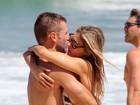 Tá quente! Rodrigo Hilbert e Fernanda Lima se beijam na praia
