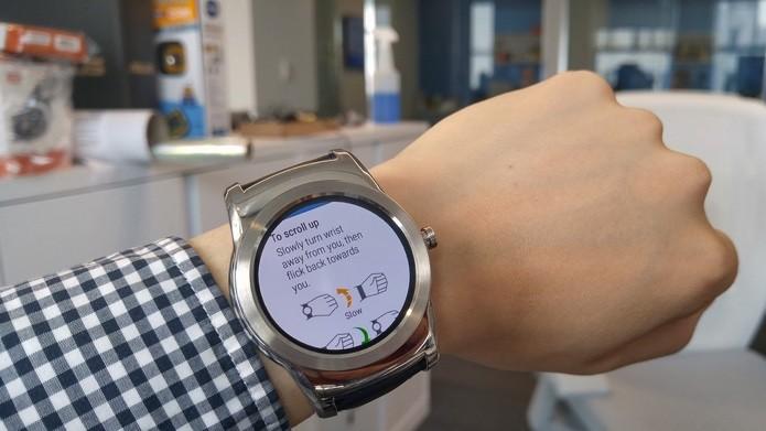 Android Wear aceita gestos do pulso para rolar páginas (Foto: Reprodução/Mashable)