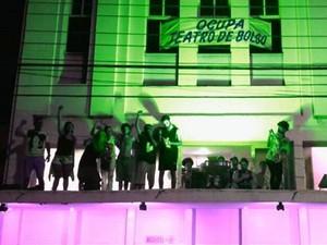 Grupo disse que só vai sair quando o teatro for reaberto (Foto: Thaís Tostes/ Arquivo Pessoal)