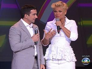 Xuxa faz dueto com o Padre Fábio de Melo. (Foto: Reprodução/TV Globo)