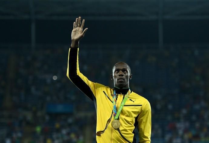Usain Bolt recebe medalha de ouro dos 200m (Foto: Getty Images)