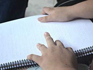 """Segundo Kamilly, sua rotina escolar é """"puxada"""" (Foto: Janine Brasil/G1)"""