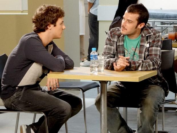 Samuel e Rodinei conversam na cantina do hospital (Foto: Cheias de Charme / TV Globo)