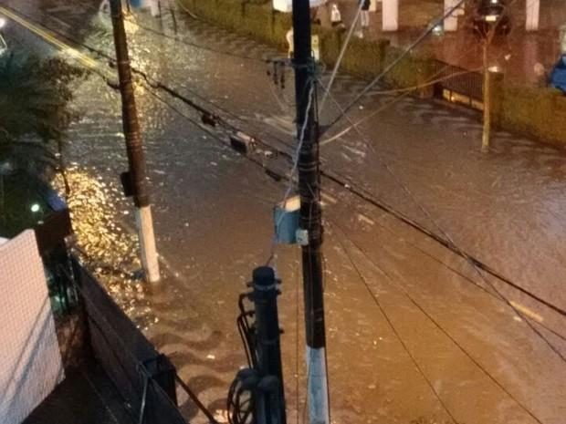Avenida Epitácio Pessoa também ficou inundada em vários trechos (Foto: Lucas Chiaratti/Arquivo Pessoal)