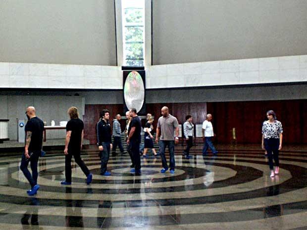 Músicos, produtores e técnicos da banda Guns N' Roses percorrem o caminho espiral no Templo da Boa Vontade, em Brasília (Foto: Gustavo Henrique Lima/Templo da Boa Vontade/Divulgação)