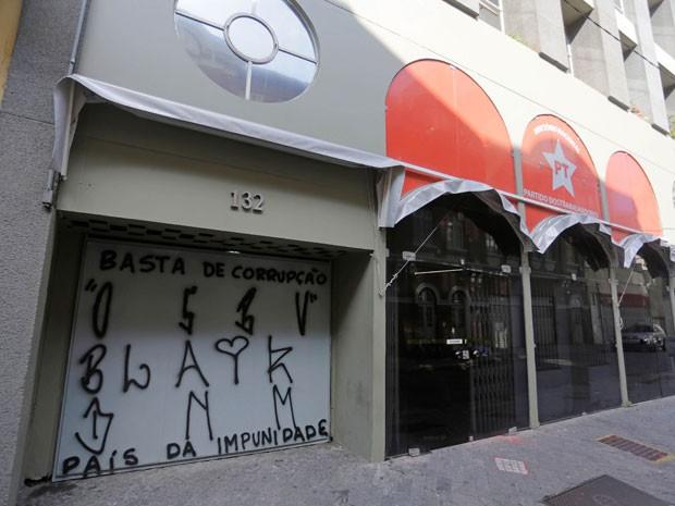 Diretório nacional do PT é pichado em São Paulo (Foto: NELSON ANTOINE/FRAMEPHOTO/FRAMEPHOTO/ESTADÃO CONTEÚDO)