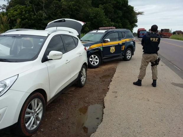 Veículo da PRF ficou danificado após colisão durante perseguição (Foto: Divulgação/PRF)