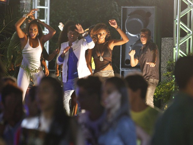 Convidados dançam 'até o chão' (Foto: Salve Jorge/TV Globo)