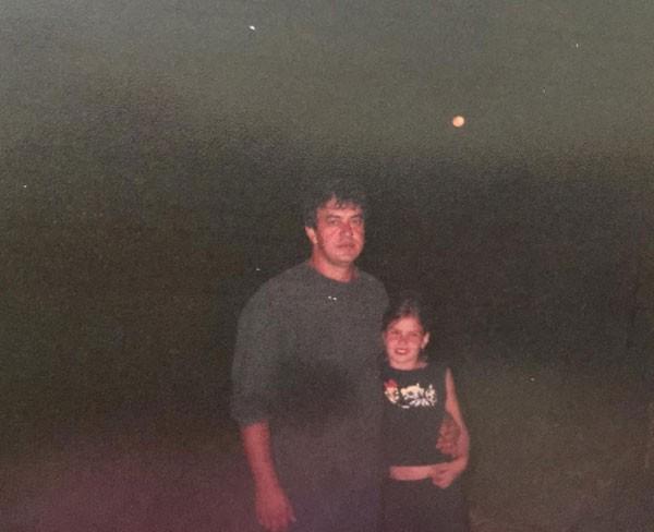 Camila Queiroz com o pai, Sérgio Queiroz (Foto: Reprodução/Instagram)