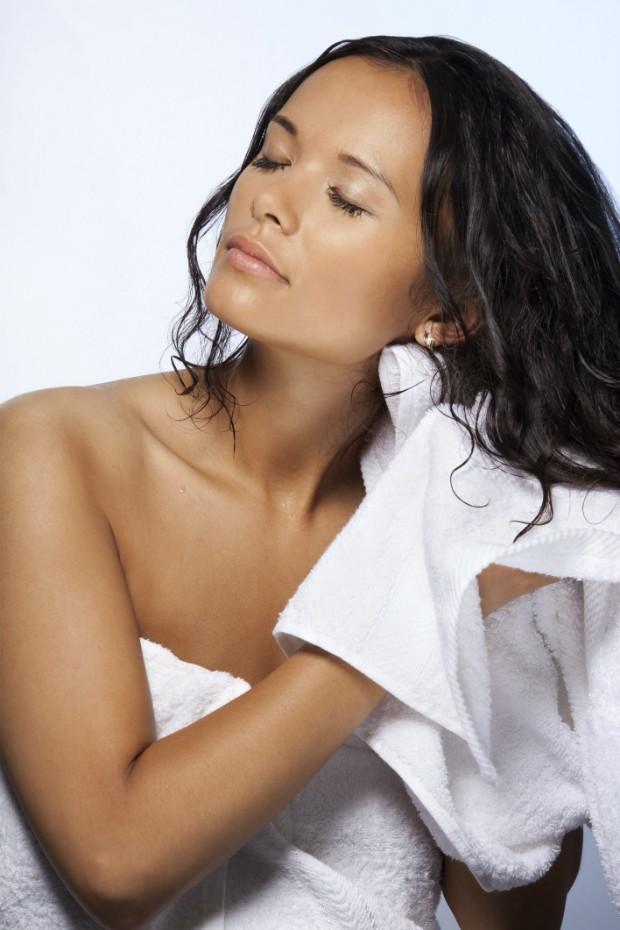Descubra como dormir com cabelo molhado sem culpa - e acordar bela
