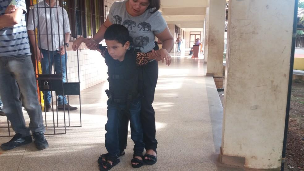 Equipamento consiste em um cinto para o adulto prender à cintura e se locomover com a criança (Foto: Jéssica Alves/G1)