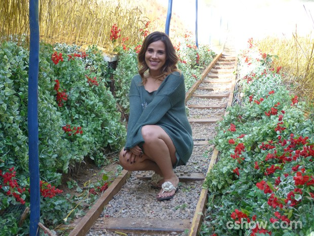 A cantora brinca na linha do trem (Foto: Meu Pedacinho de Chão / TV Globo)