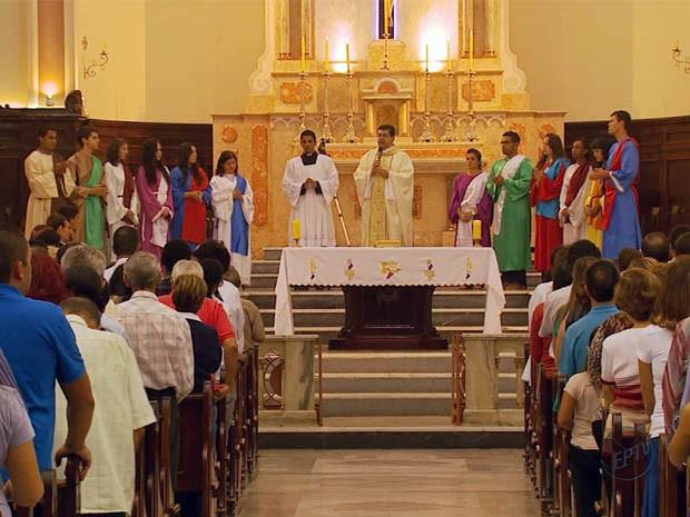"""Missa do """"Lava-pés"""" é celebrada em catedral de Pouso Alegre (Foto: Reprodução EPTV)"""