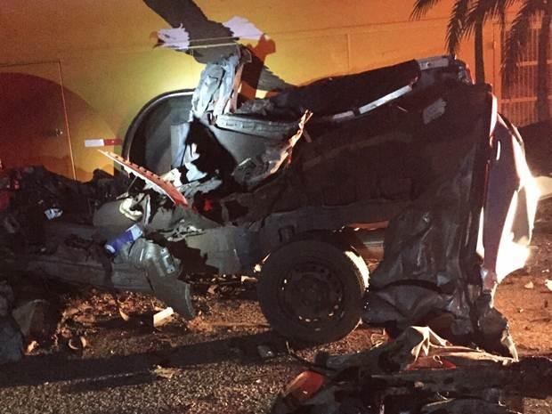 Carro ficou destruído com a força da batida (Foto: Site Votuporanga Tudo)