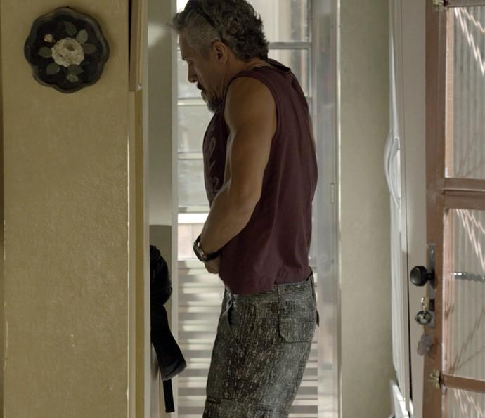 Juca maloca a grana dentro da roupa (Foto: TV Globo)