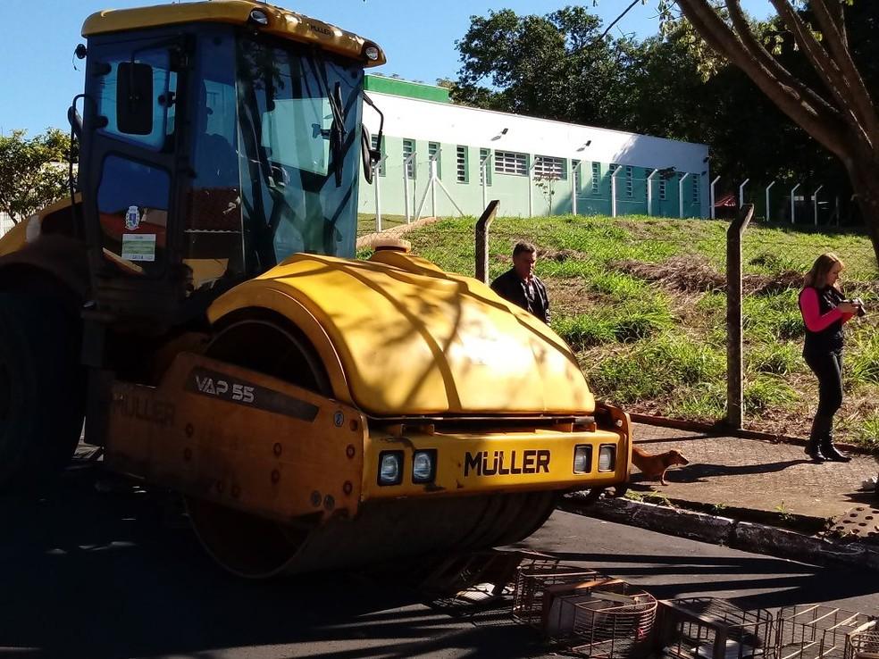 Uma máquina de rolo compressor foi utilizada para destruir as gaiolas  (Foto: Prefeitura de Botucatu / Divulgação )