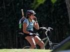 Mais cheinha, Malu Mader passeia de bicicleta no Rio
