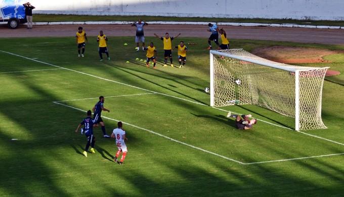 Mário marca de pênalti para o CAP Uberlândia contra o Boa Esporte (Foto: Régis Melo)