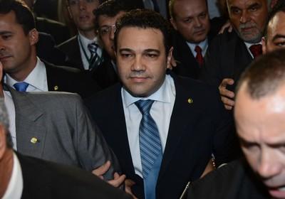 O deputado Marco Feliciano é escoltado por colegas ao chegar na sessão da comissão de Direitos Humanos que o elegeu (Foto: Fábio Rodrigues Pozzebom/ABr)