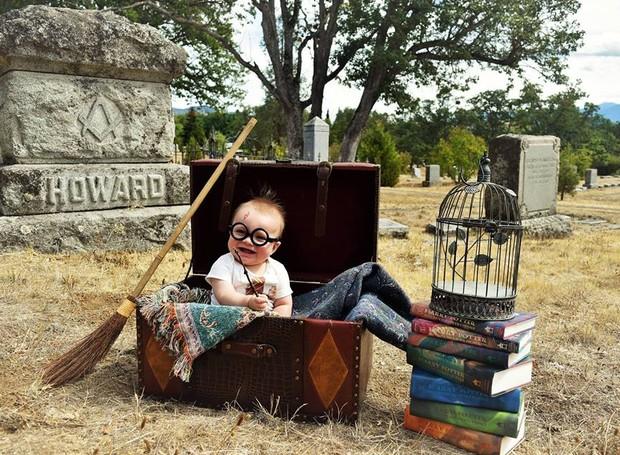 Sebastian, aos 8 meses, no primeiro ensaio Harry Potter da família (Foto: Reprodução/ Facebook)
