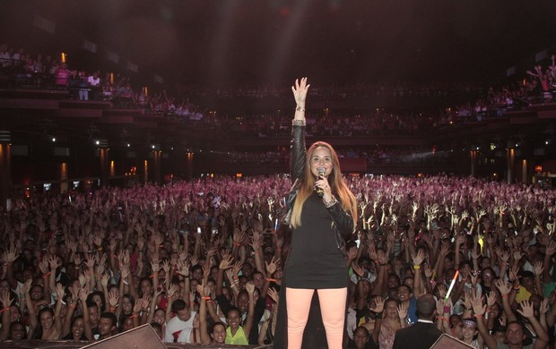 Perlla comanda multidão durante show gospel no Rio (Foto: Isac Luz/EGO)