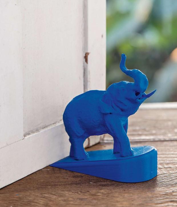 Colados numa cunha, os bichos também substituem pesos de porta. Este elefante foi feito em uma impressora 3D pelos designers João Pedro Ramos Raphael e Francisco Carabetta  (Foto: Cacá Bratke/Editora Globo)