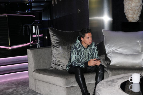 BLOG: Boate? Nasri mostra sala de casa em rede social