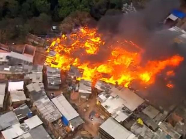 Incêndio em favela em Osasco (Foto: GloboNews/Reprodução)