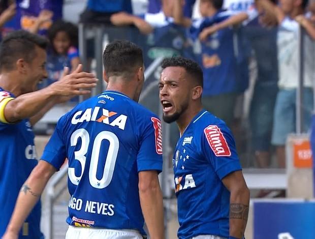 Henrique e Thiago Neves comemoram o gol de Rafinha em cima do Corinthians
