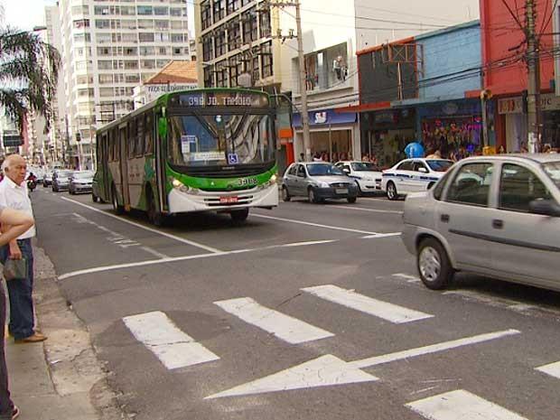 Ônibus circula pelo centro de Campinas (Foto: Reprodução EPTV)