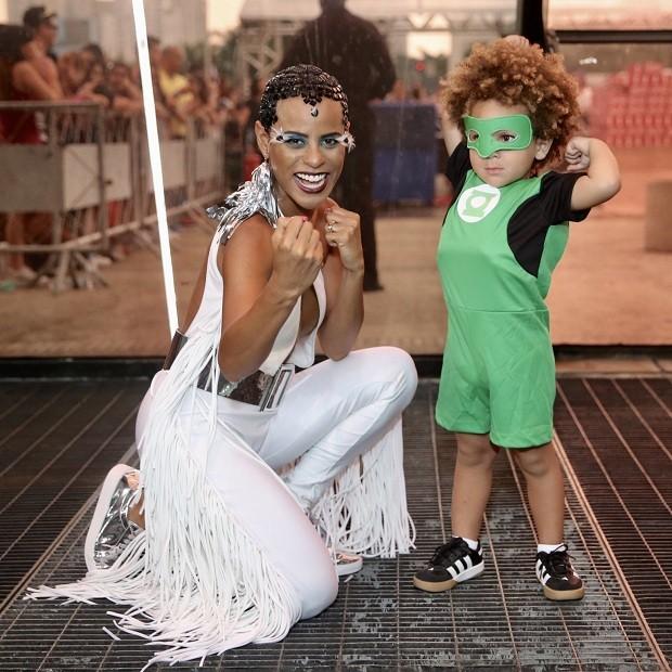 Aline Wirley e o filho Antonio (Foto: Manuela Scarpa / Brazil News)