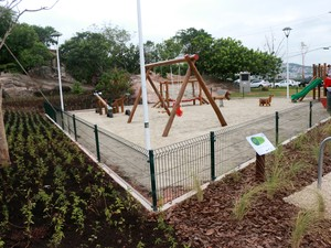 Revitalização do local contou com instalação de um parque de brinquedos para crianças (Foto: Petra Mafalda)