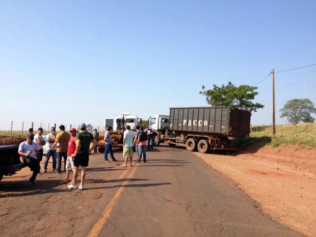 Cerca de 150 moradores bloquearam a rodovia PR-556, entre Santo Antônio do Caiuá e São João do Caiuá (Foto: Laressa Santos/ RPC)