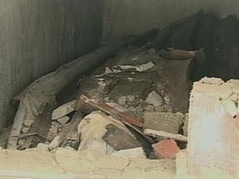 Caixões foram abertos e danificados por vândalos (Foto: Reprodução / TV Globo)