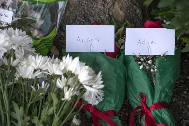 Flores foram colocadas na sede da emissora em Roanoke, na Virgínia, em homenagem à repórter Alison Parker e ao cinegrafista Adam Ward. (Foto: Don Petersen/The Roanoke Times via AP)
