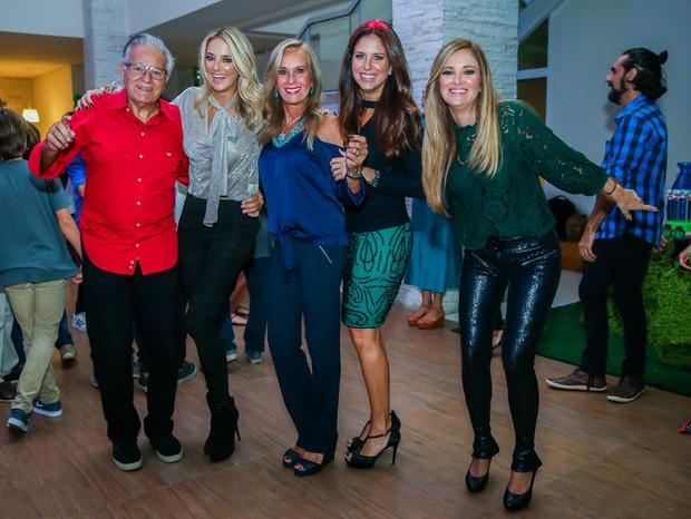 Ticiane Pinheiro com os pais Helô e Fernando, e as irmãs Jô e Kiki (Foto: Manuela Scarpa/Brazil News)