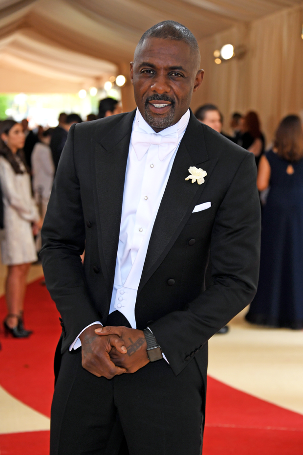 Idris Elba com boutonnière na lapela (Foto: Getty Images)