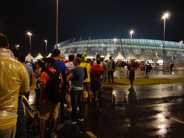 Fila de torcedores para entrar na Arena Pernambuco (Foto: Luna Markman / G1)