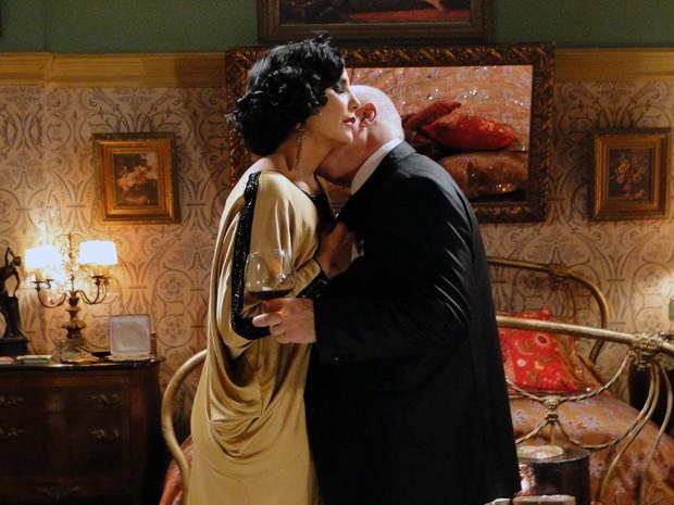Ramiro não resiste e beija Maria Machadão (Foto: Gabriela / TV Globo)