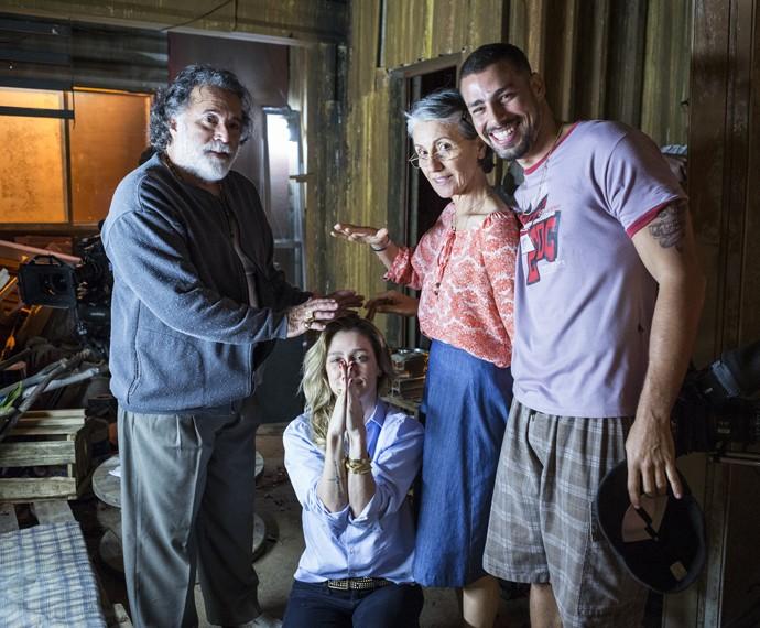 Tony Ramos, Cassia Kis e Cauã Reymond se divertem ao lado de Amora Maunter nos bastidores das gravações (Foto: Ellen Soares/ Gshow)