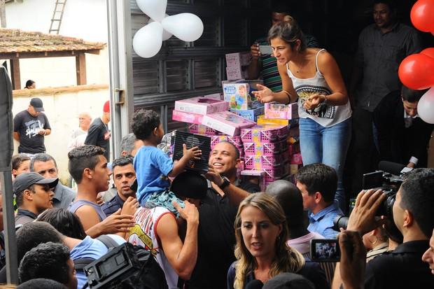 Ronaldo e Paula Morais distribuem presentes de Natal para as crianças (Foto: Marcelo Dutra / FotoRioNews)