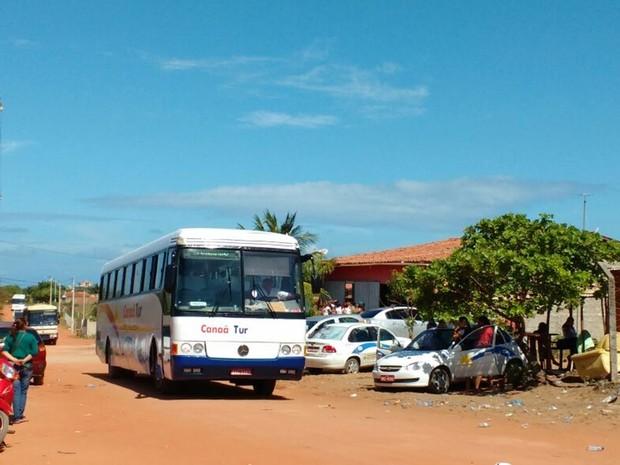 Para a retirada dos detentos o governo está usando ônibus de turismo locados (Foto: Fred Carvalho/G1)