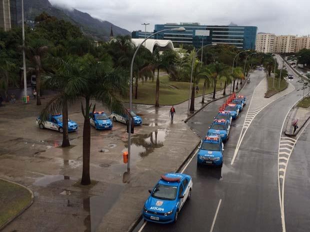 Carros da PMs estavam estacionandos em frente a prefeitura (Foto: Kátia Mello/G1)