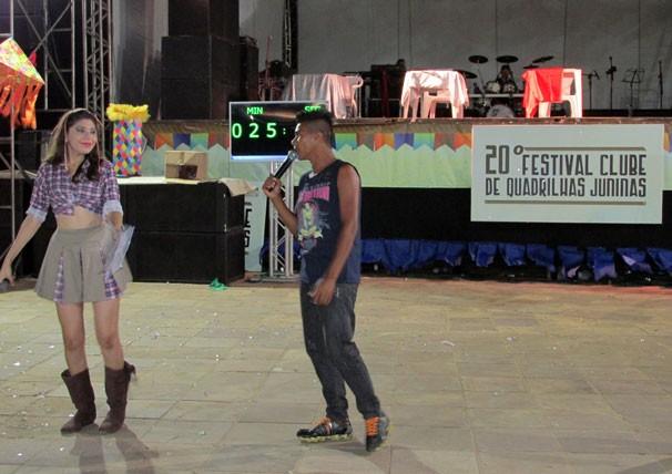 Jovens cantam e dançam ao lado de apresentadores (Foto: Katylenin França/TV Clube)