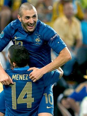Jeremy Menez e Benzema comemoram gol da França (Foto: Reuters)